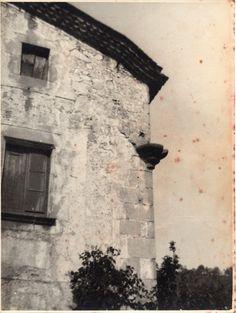 Cal Escorial, una de les masies més antigues d'Arenys de Munt. Va restar abandonada i amagada molts anys al darrere d'altres edificacions. Va ser enderrocada per fer-hi  pisos durant els anys de la febre constructiva. Arxiu Valls-Torrent.  #ArenysdeMunt #Maresme