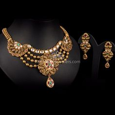 Traditional gold necklaces for women from the house of Kameswari. Shop for antique gold necklace, exquisite diamond necklace and more! Gold Bracelet Indian, Indian Jewelry Earrings, Gold Jewelry Simple, Simple Necklace, Necklace Set, Antique Necklace, Antique Jewellery, Jewellery Sketches, Gold Jewellery Design