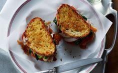 Deze door de Californische keuken geïnspireerde tosti met avocado, tomaat, spinazie en gerookte kip is licht en kleurig. Makkelijk te bereiden en ideaal vooe een lunch of brunch in het weekend of zelfs voor een eenvoudig avondmaal.