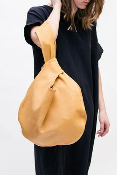 image.alt Elizabeth Suzann, knot bag camel, cream and black