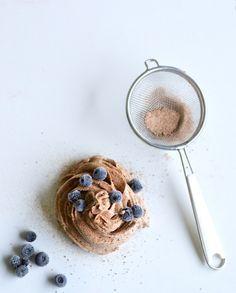 Suklainen kahvimousse, 4 annosta: 400 ml jääkaappikylmää kookoskermaa, 0,5 dl kookospalmusokeria, 0,75 dl raakakaakaojauhetta, 3 rkl vahvaa kahvia, 0,5 tl aitoa vaniljajauhetta. Vatkaa kookoskerma ja sokeri kovaksi vaahdoksi. Lisää joukkoon kaakaojauhe, vanilja sekä kahvi ja vatkaa tasaiseksi. Anna moussen tekeytyä jääkaapissa puoli tuntia ja nostele/pursota mousse annosmaljoihin. Tarjoile marjojen kera.