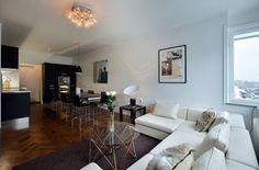 49nm-es elegáns lakás drámai fekete konyhával