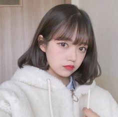 好きな人とうまくしゃべれない…。話しかけたいけどなんて言えばいいかわからない…。そんなあなたへモテ子から学ぶ会話術をご紹介するよ❤ Korean Bangs Hairstyle, Korean Haircut, Korean Short Hair, Short Brown Hair, Girl Short Hair, Ulzzang Girl Fashion, Ulzzang Hair, Jung So Min, Uzzlang Girl