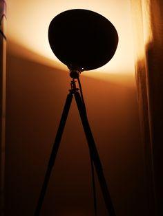 Atmos Raumarchitektur Hue, Table Lamp, Lighting, Home Decor, Light Design, Tripod, Light Fixtures, Table Lamps, Decoration Home