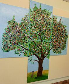 Ich habe auf 4 Keilrahmen (Leinwand) den Baum mit Ölfarbe vorgemalt und mit Firn versiegelt. Aus einer Vielzahl gesammelter Knöpfe die schönsten, einzeln mit einer Pinzette aufgeklebt.  Das Objekt habe ich im Eingansbereich eines Kindergartens aufgehängt.
