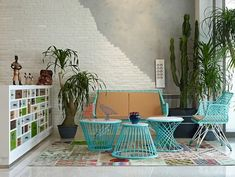 Eclectic interior splashed in colorful furniture and art for fun … - Modern Eclectic Living Room, Home Living Room, Home Design, Interior Design, Patio Design, Design Ideas, Painted Brick Walls, Style Loft, Piece A Vivre