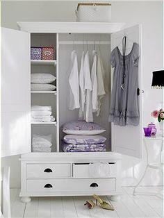 weißer Kleiderschrank Dieser Kleiderschrank aus weiß gestrichenem Kiefernholz bietet die perfekte Raumaufteilung. Hinter den Türen ist eine ...