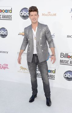 Robin Thicke at the Billboard Music Awards Celebrity Red Carpet, Celebrity Style, Robin Thicke, Billboard Music Awards, Good Looking Men, Red Carpet Fashion, Stylish Men, Mens Suits, Gq