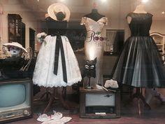 Vintage Makeup, Vintage Stil, Vintage Couture, Window, Formal Dresses, Store, Fashion, Wedding Dress, Curve Dresses