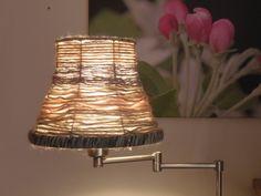 Der alte lampenschirm wird mit farbe und ornament aufgepeppt das