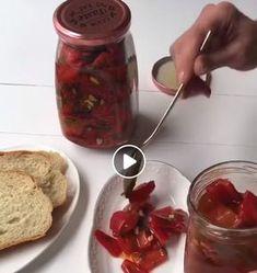 Υλικά 1,5 κιλό κόκκινες πιπεριές Φλωρίνης 1 φλιτζάνι ξύδι 1 φλιτζάνι ηλιέλαιο λίγο ελαιόλαδο 1 σκελίδα σκόρδο Μισό ματσάκι μαϊντανό 1 κουταλιά αλάτι Εκτέλεση Καθαρίστε τις κόκκινες πιπεριές και κόψτε σε μεγάλα κομμάτια. Βάλτε σε μία κατσαρόλα το ηλιέλαιο, το λάδι , το ξύδι