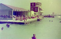 Het oude Jan Thiel - where we learned to swim.By then, the tall building in the back was already gone. Awsome Pictures, Old Pictures, Beautiful Pictures, Willemstad, Learn To Swim, Party Pictures, Island Girl, Homeland, Geology