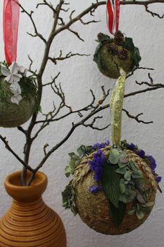 #Weihnachtsdekoration selber machen : #Dekokugel mit Laubblätter fürs #Weihnachtsfest als Raumdekoration basteln. Für Weihnachten, Styroporkugeln mit Naturmaterialien dekorieren.