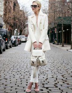 street-style-office-look-all-white-com-mochila