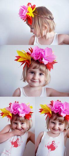 Pra quem não quer ter muito trabalho: tiara de flores, feita com papel de seda colorido (foto: reprodução/ Pinterest)