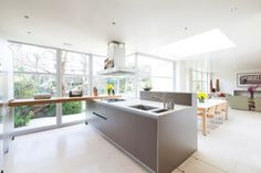 offene Küche mit Arbeitsfläche und kantiger Kochinsel