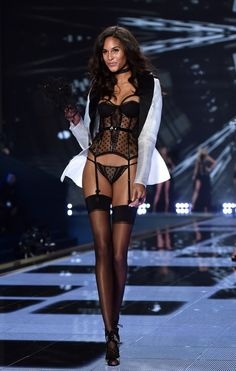 The Victoria's Secret Fashion Show of 2014 had a lot of lingerie which was inspired. An accessory in women's lingerie that is still popular today are lingerie clips. These clips were meant to holdup a woman's nylon stockings to her under garments. Modelos Victoria Secret, Victoria Secret 2014, Victoria Secret Angels, Victoria Secret Fashion Show, Victoria Secrets, Victorias Secret Models, Mode Cool, Saab, Cat Walk