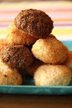 Kokosky jsou výborná drobnost ke kávě a já jsem nějakou dobu hledala jednoduchý recept, který by zároveň vyhovoval mému zdravému měřítku. Tento recept na kokosky je extrémně jednoduchý a tak je peču nejen na Vánoce, ale také přes rok ke kávě. Christmas Sweets, Xmas, Czech Recipes, Ethnic Recipes, Cornbread, Muffin, Goodies, Gluten Free, Baking