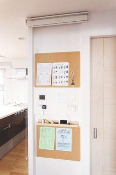 冷蔵庫に貼るだけで、いっきに空間が所帯じみてしまう学校のプリント類。かばんの底にぐちゃぐちゃになった状態で大事な連絡プリントが放置される、ということをなくしたい方必見です! Living Room Inspiration, Interior Design Inspiration, Micro Apartment, Japanese Interior Design, Home Organization, New Homes, House Design, House Styles, Home Decor