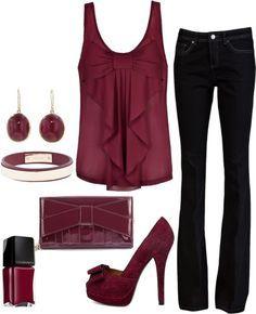 Top, escarpins et accessoirs bordeaux avec pantalon noir