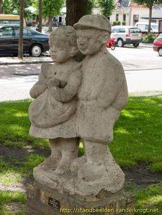Ot en Sien. Hoofdfiguren uit een serie Nederlandse kinderverhalen, geschreven door Hindericus Scheepstra naar een idee van Jan Ligthart. De eerste serie, Dicht bij Huis, verscheen in 1902. De tweede serie, Nog bij Moeder, in 1904 1969: Beeldhouwer S. Bosschma- Berkhout