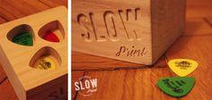 Pudełko na kostki gitarowe, wykonane z drewna lipowego, wyciętego w kwadrat o wymiarach 10x10x7cm. Na środku wyfrezowane trzy miejsca na piórka.