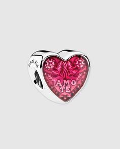 Charm Te Amo de plata y esmalte para 'pulseras PANDORA' - Charm PANDORA Corazón en Latín en plata de primera ley, adornado con esmalte cereza transparente. Este detalle duradero es perfecto para honrar el amor atemporal | El Corte Inglés