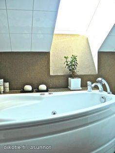 bath tub & sky light / Kylpemistä kattoikkunan alla