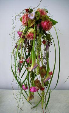 Скоро Красная горка — традиционное время свадеб. Самое время невестам подумать о букете. На языке флористов это называется «свадебное украшение в руку». А так называется, потому что форма этого украшения может быть совершенно любая, совсем не похожая на стандартный букет. Но большинство невест знают, что букет должен быть «маленьким, кругленьким и из розочек». Summer Flower Arrangements, Contemporary Flower Arrangements, Creative Flower Arrangements, Beautiful Flower Arrangements, Cascading Flowers, Diy Flowers, Beautiful Flowers, Deco Floral, Arte Floral