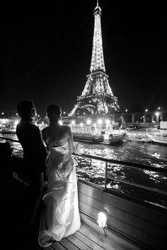 Jeunes mariés près de la tour Eiffel.