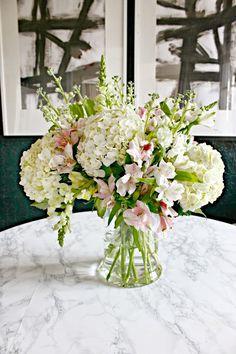 Alstromerias Himalaya y Coco: Consejos sobre cómo crear un hermoso arreglo floral con flores de la tienda. #Blom #BlomFlores #Decoración
