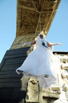 No al femminicidio, l'happening con l'abito da sposa Outdoor Decor