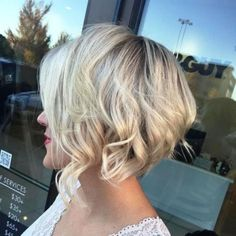 angled wavy blonde bobs this is the one Stacked Hairstyles, Choppy Bob Hairstyles, Short Bob Haircuts, Haircut Bob, Trendy Haircuts, Textured Hairstyles, Blonde Hairstyles, Hairstyles 2016, Everyday Hairstyles