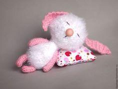 Зайчик - белый,зайчик,пушистый,вязаный,сонный,в подарок,фактурная пряжа