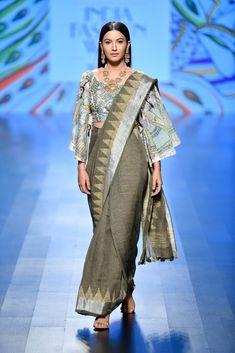 Nirmooha by Prreeti Jaiin Nainutia at Lotus Make-Up India Fashion Week spring/summer 2019 Ethnic Fashion, Indian Fashion, Classy Fashion, Vintage Fashion, Fashion Black, Casual Summer Dresses, Nice Dresses, Embroidery Designs, India Fashion Week