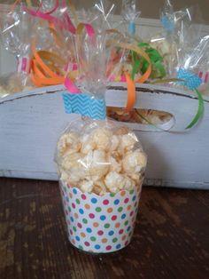 Traktatie voor op school. Popcorn in een kartonnen bakje van de action.ML