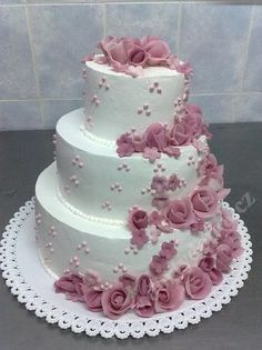 Svatební dort s marcip. růžemi a drobnými kvítky