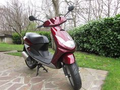 Scooter Peugeot Vivacity 50 cc con meno di 1500 km, usato pochissimo da una ragazza.  Senza segni d'usura, gomme e freni come nuovi, plastiche intatte.