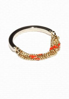 Made from brass, this eye-catching chain ring features tiny enamel dots.