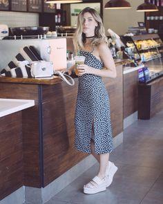 Blogueira não tem que ter stylist é para ser o estilo próprio né? diz @nativozza que escolheu o #look da foto @bynv  @schutzoficial - tudo disponível para shop now no iLove! - e definiu pra gente seu estilo como despretensioso...{Para continuar descobrindo curiosidades sobre ela é só entrar no STORIES clicando no link da bio!} #HerStyle . . . #ShopTheShooting #ShopOnline #fashionblogger #blog #blogger #nativozza #flatforms #starbucks
