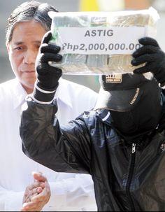 """Ipinakikita ng civilian informant na si """"Astig"""" (kanan) ang P2 milyon bilang pabuya mula kay Philippine Drug Enforcement Agency Director General  Arturo Cacdac Jr. matapos siyang magbigay ng impormasyon sa PDEA na nagresulta sa pagkakasamsam ng 276 kilo ng shabu at pagkakaaresto sa dalawang Filipino-Chinese drug trafficker. (MARK BALMORES) Philippine News, Filipino, Fingerless Gloves, Arm Warmers, Fingerless Mitts, Fingerless Mittens"""