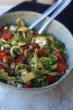 Her er en let salat til aftensmaden som vil egne sig helt perfekt med lidt kød eller fisk. Salaten er en noget sundere version af en pastasalat, da pastaen her er udskiftet med squashpasta. Dog får man stadig en smule fornemmelsen af at spise spaghetti, pga. strukturen i de her lange fine squashstrimler. Men sundhedsniveauet …