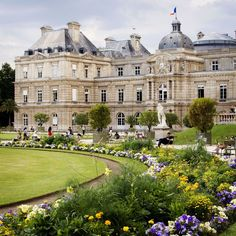 The Senate and floral borders at the Jardin du Luxembourg.