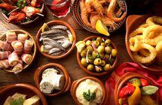 Tapas är en fest för hela familjen. Supergott och roligt att äta. Här är recepten för helgens härligaste tapaskväll. Nu ser du fram emot fredagen!