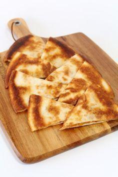 Zin in een lekker tropisch snackje? Maak dan eens deze Caribische quesadilla's! Inspiratie uit het kookboek 'Recepten uit de Cariben' van Shivi Ramoutar.