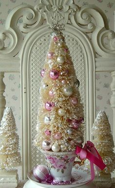 Bottle Brush Tree in a Lefton Teacup by The Illusive Swan on Flick!!! Bebe'!!! Love the pink and white decorated bottle brush Christmas tree in a tea cup!!!