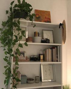 Old bookshelves, bookshelves in living room, creative bookshelves, ikea boo White Bookshelves, Apartment Bookshelves, Homemade Bookshelves, Bookshelves In Bedroom, Styling Bookshelves, Creative Bookshelves, Cute Room Decor, Waiting Room Decor, Indie Room