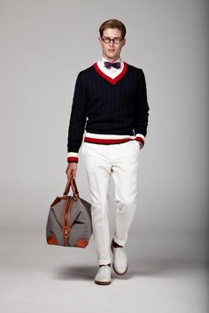 Look preppy au noeud papillon marine et pull col V / Preppy look with navy bow tie and v-neck jumper, Hackett, Preppy Mode, Preppy Style, White Dress Shoes, White Pants, White Chinos, Ivy League Style, Estilo Preppy, Ivy Style, Hipster Man