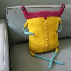 Beast Pillows Sewing monster pillows: recycling idea for knitted sweaters and cardigans Sewing Toys, Sewing Crafts, Sewing Projects, Sock Dolls, Doll Toys, Knit Pillow, Neck Pillow, Recycled Sweaters, Monster Dolls