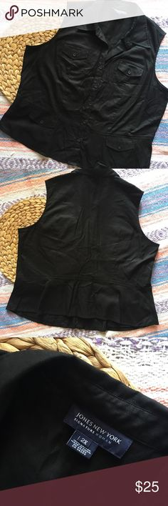 Jones New York 2X Button Down pocket tank top Jones New York Signature Woman 100% cotton 2X top. Button down tank top with collar and a total of 4 pockets on the front. Pit to pit: 23 inches. Shoulder: 15 1/2 inches. Length at longest: 25 inches. Jones New York Tops Button Down Shirts